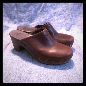 UGG SN 3201 ABBIE BROWN LEATHER CLOGS STUDDED